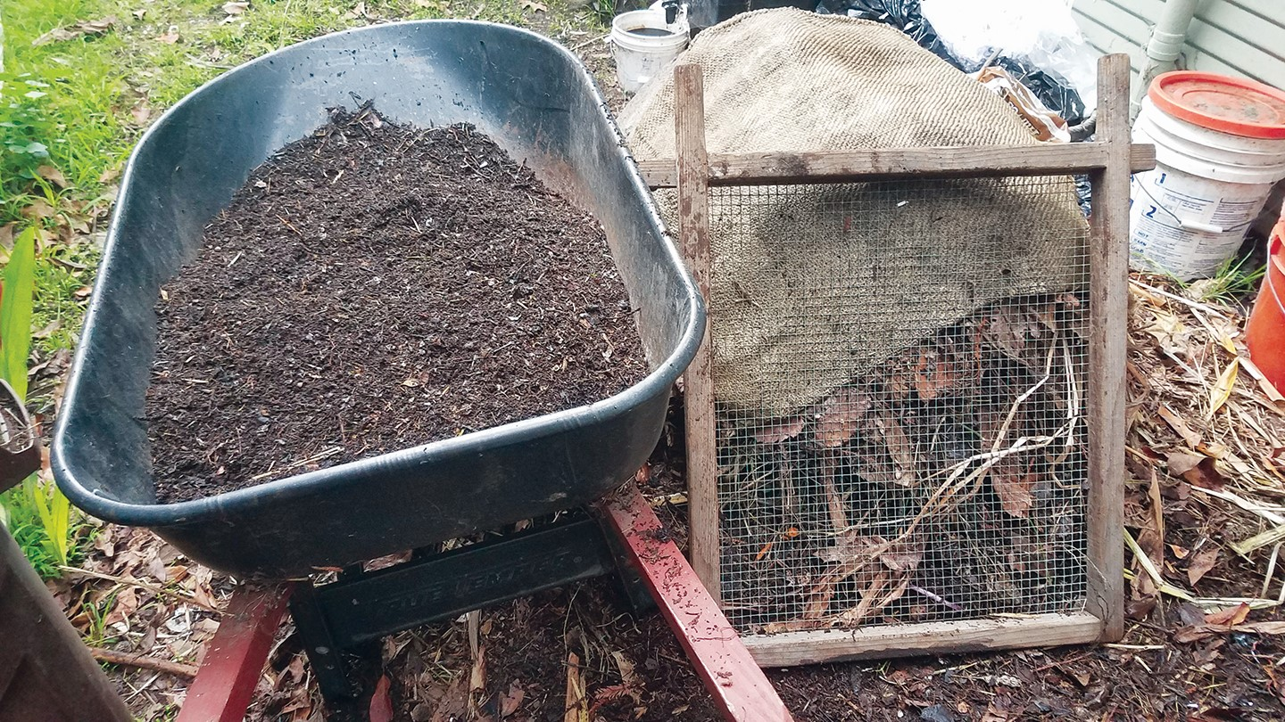 Birgitt Evans &nbsp&nbsp Demonstration of straining compost